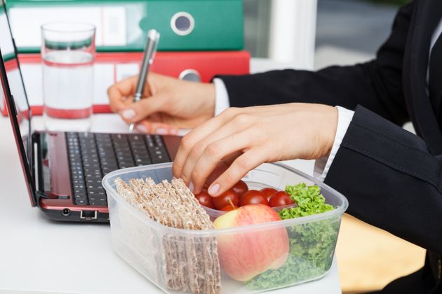 Pour limiter la propagation du Covid, les salariés vont pouvoir manger à leur bureau (Photo...