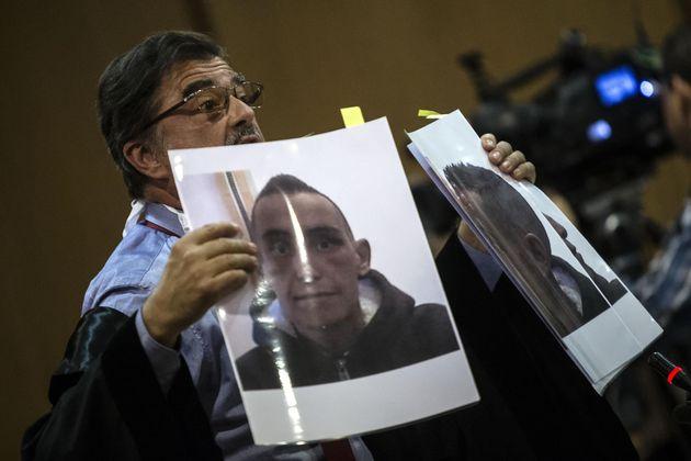 L'avvocato della famiglia Cucchi, Fabio Anselmo, mostra in udienza le foto di Stefano dopo