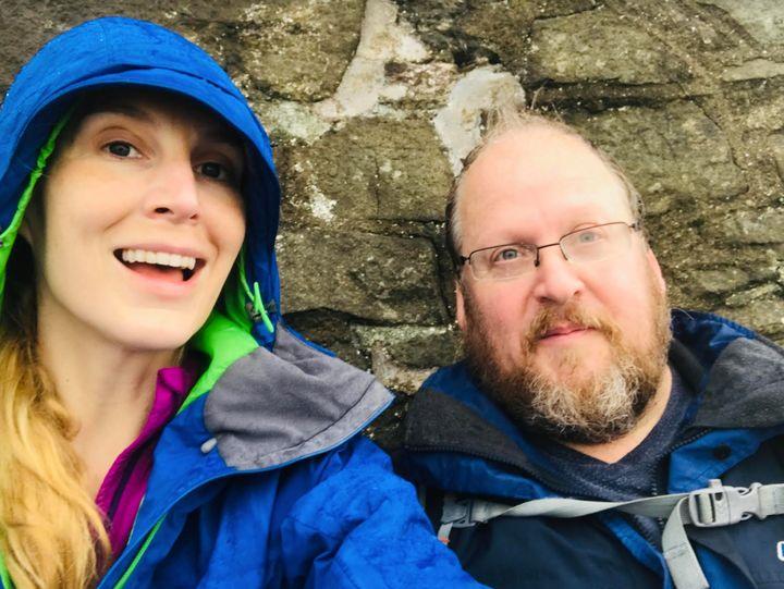 L'autrice avec son mari, Hywel Phillips, au Pays de Galles, où ils vivent actuellement.