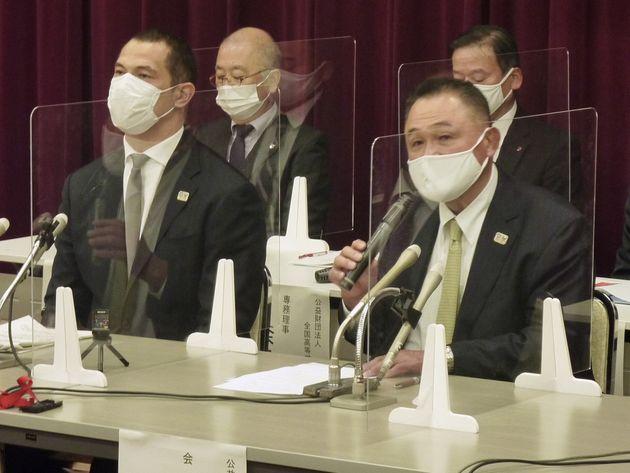 選手画像の性的悪用防止について記者会見する日本オリンピック委員会の山下泰裕会長。左はスポーツ庁の室伏広治長官=2020年11月13日、文部科学省