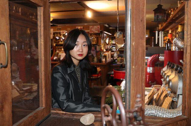 이슬아 작가가 29일 오후 서울 마포구 서교동 한 카페에서 와 인터뷰에 앞서 사진촬영을 하고
