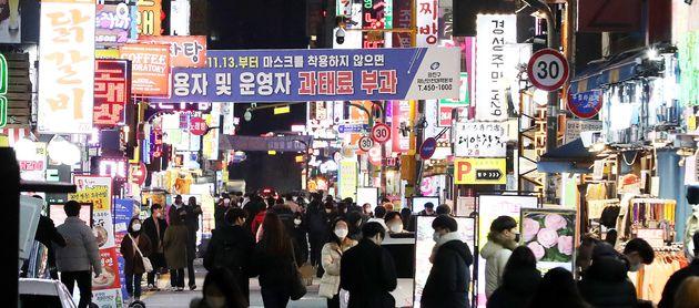 지난해 11월 사회적 거리두기 2단계 시행을 하루 앞둔 서울 광진구 건대 맛의거리 모습.
