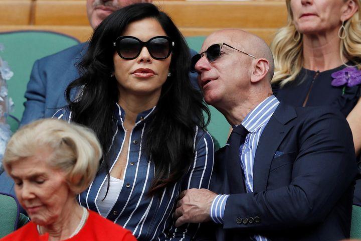 Jeff Bezos y su novia la presentadora Lauren Sanchez en un partido de Wimbeldon en Londres.