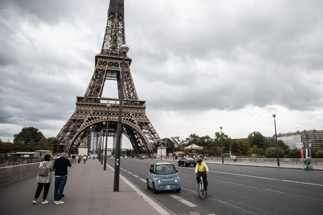 Devant la tour Eiffel, à Paris, en septembre 2020. (photo