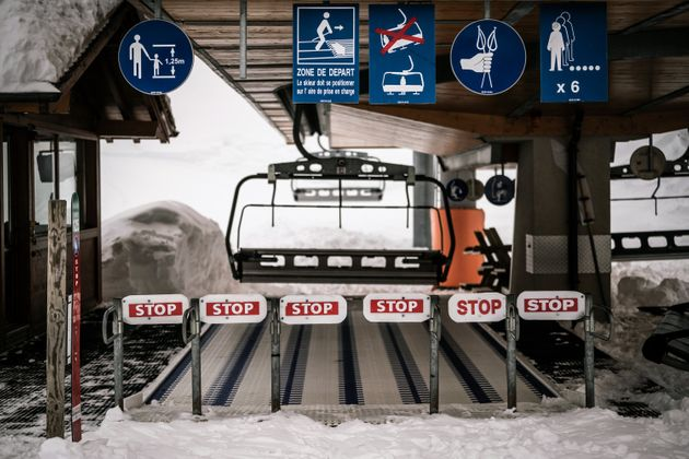 Un télésiège fermé à la station du Grand Bornand le 21 janvier 2021 (Photo by JEFF PACHOUD /