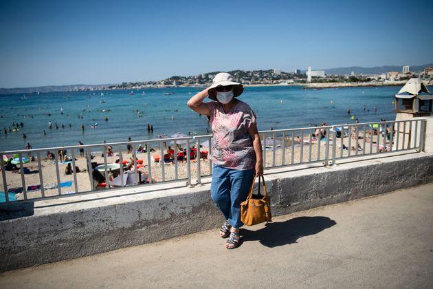 Le long de la plage de la Pointe Rouge à Marseille au début d'une vague de chaleur, le...