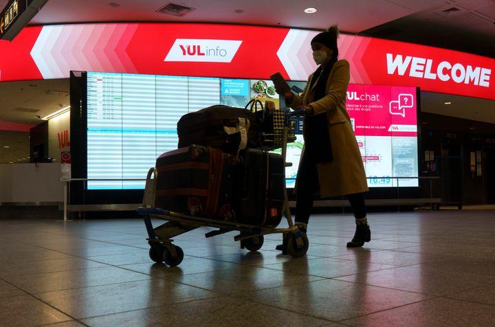 Une passagère passe par l'aéroport Montréal-Trudeau de Montréal, le jeudi 7 janvier 2021. Les cas de COVID-19 rapportés par les voyageurs sont sous-estimés par la Santé publique.