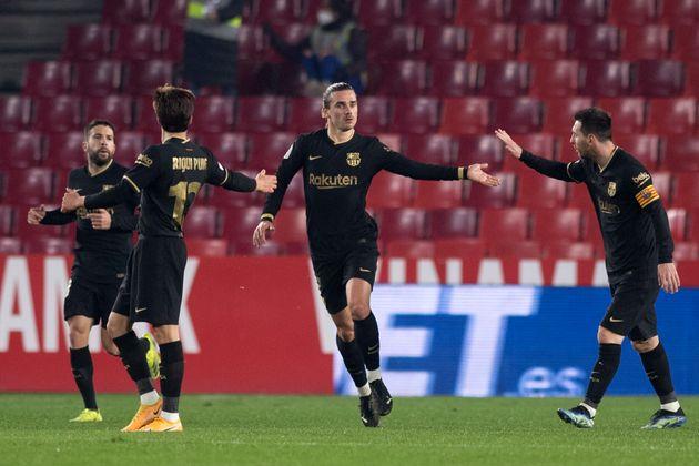 Alba, Puig, Griezmann y Messi celebran uno de los goles del