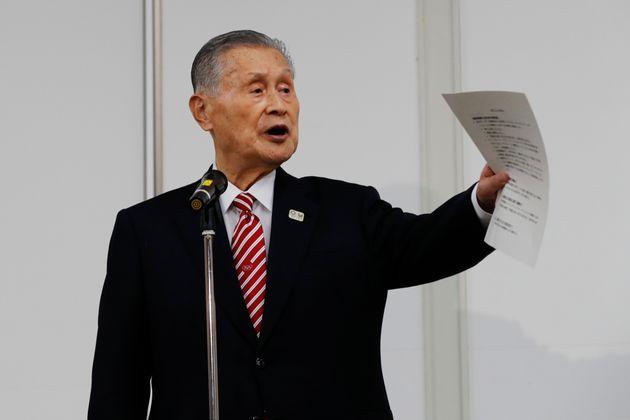 記者会見で、記者の質問に答える森喜朗会長=2021年2月4日