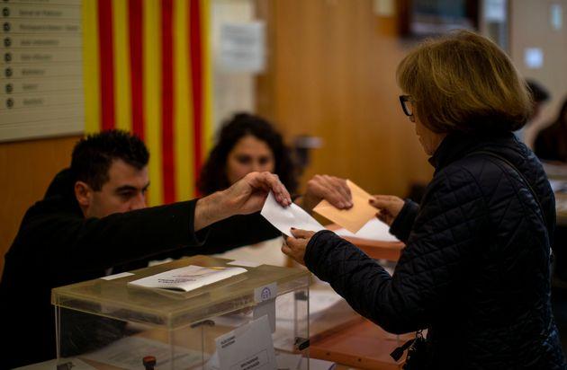 Una mujer vota en un colegio electoral de Barcelona, en las elecciones generales de