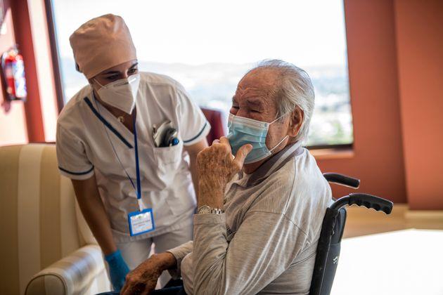 Antonio, de 90 años, llora de emoción al ver a su hija después de tres meses de...