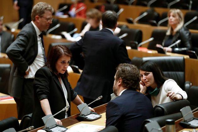 La socialista Adriana Lastra, a la izquierda, conversa con Iván Espinosa de los Monteros (Vox), durante...