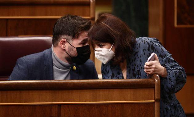 Gabriel Rufián, de ERC, departe con la socialista Adriana Lastra, en el Congreso, el pasado 28...