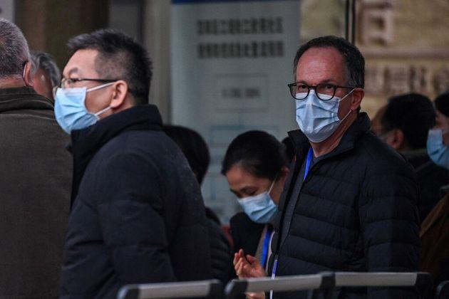 Le chef des experts de l'OMS, Peter Ben Embarek (ici à droite), le jeudi 4 février 2021 à Wuhan en