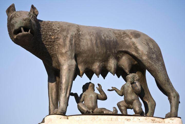 Escultura de Rómulo y Remo, a quienes se atribuye el origen mítico de Roma, amamantados por una loba.