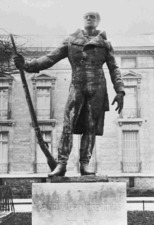 Photographie de la statue du Général Dumas à Paris, détruite en 1942 par les Nazis et qui sera bientôt...