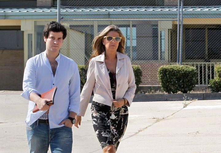Rosalía Iglesias con su hijo Willy Bárcenas saliendo de la cárcel de Soto del Real (Madrid).