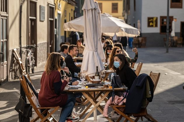 Jóvenes reunidos en una terraza de Tenerife el 18 de diciembre de