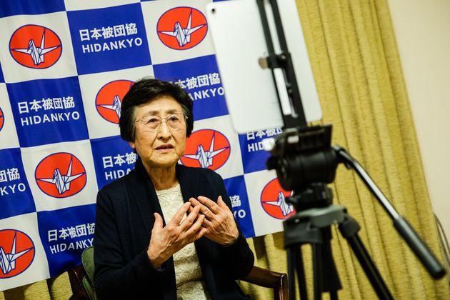 iPadの画面の先にいる人々に語りかける児玉三智子さん