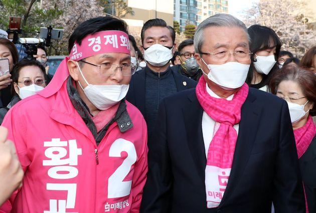 황교안 미래통합당 종로구 후보와 김종인 총괄선대위원장이 12일 서울 종로구 무악동 거리유세에서 시민들과 인사를 하고 있다.