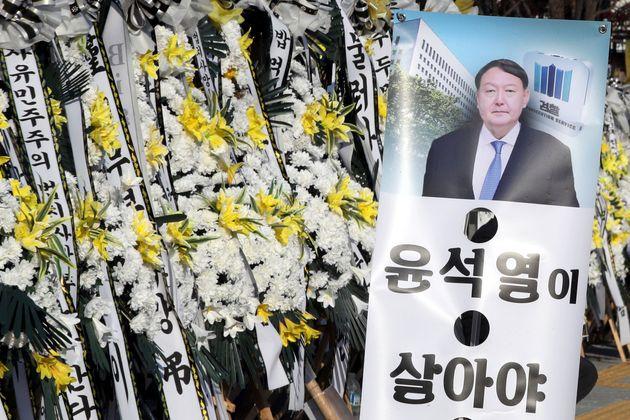 서울 서초동 대검찰청 앞에 윤 총장의 지지자들이 세워둔 근조화환과 입간판이 놓여 있다.
