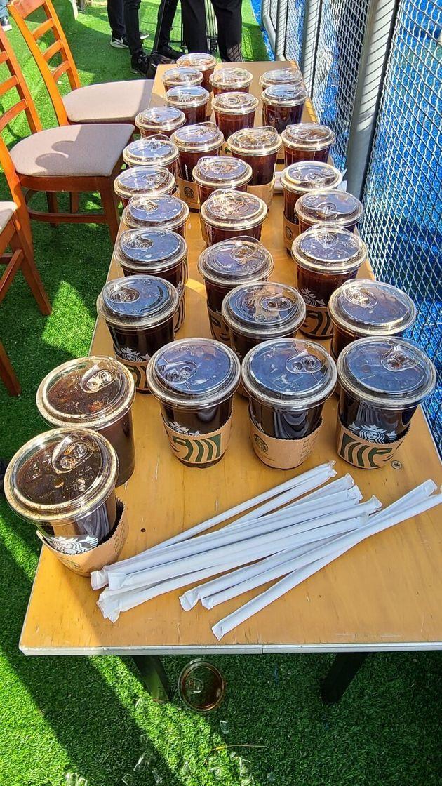 2일 서귀포 강창학야구장에 배달된 스타벅스 커피