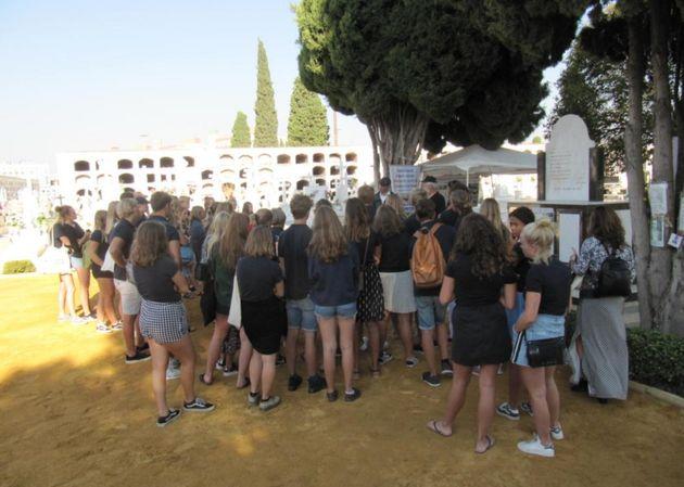 Estudiantes suecos visitando el cementerio de