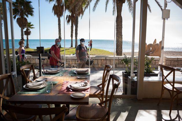 La gente pasea por la playa de La Malagueta (Málaga) en una imagen de enero de