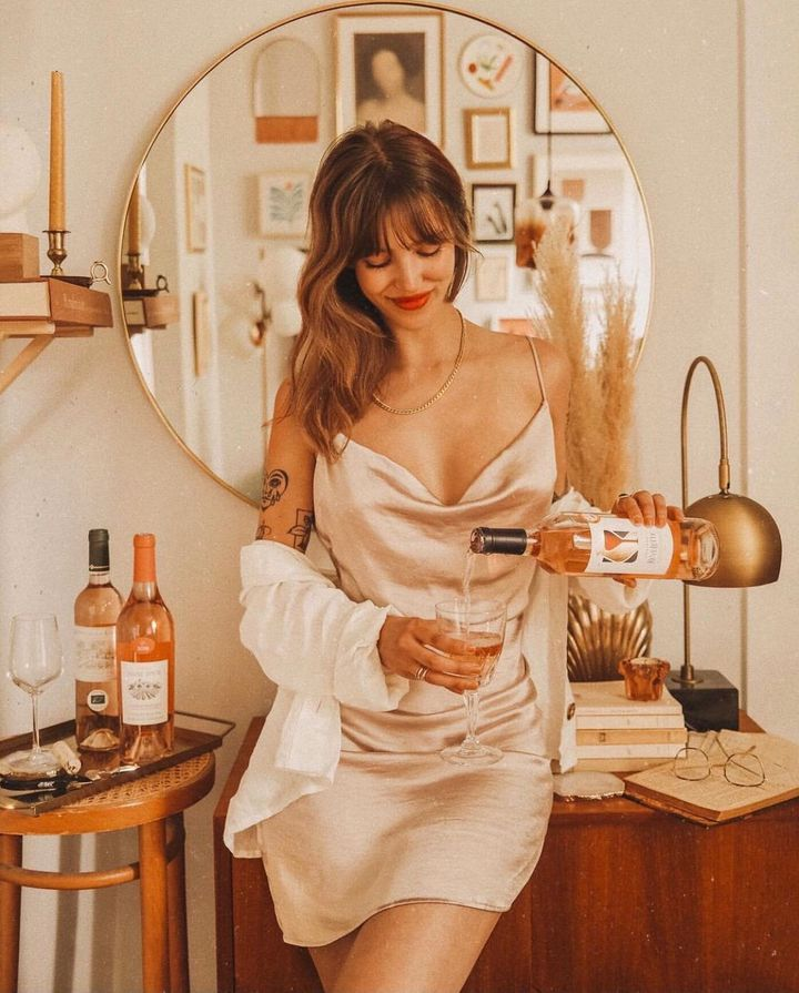 "La cr&eacute;atrice de contenu qu&eacute;b&eacute;coise Audrey Rivest porte la <a href=""https://www.essentielsmtl.co/fr/collections/all/products/naomy-dress-1?variant=32925854138505"" target=""_blank"" rel=""noopener noreferrer"">robe &laquo;Naomy&raquo;</a> de la marque Essentiels Co."