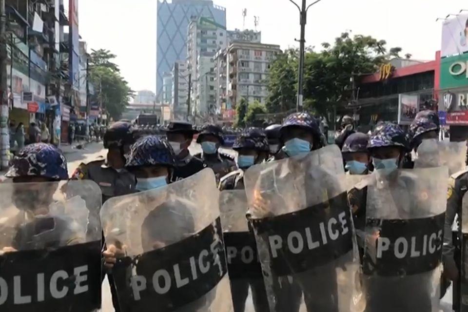 6일 시위에 경찰들도 바짝 긴장한 모습이다 (AFPTV 영상
