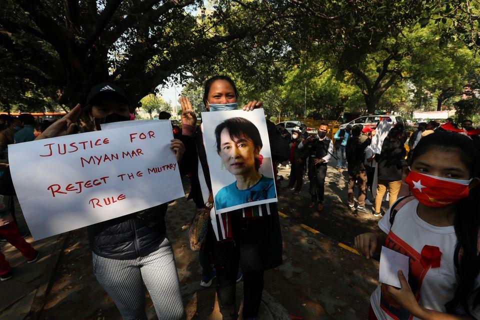 5일 인도 뉴 델리에서 미얀마 난민들이 민주주의를 요구하는 시위를 벌이고