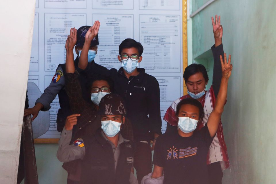 6일 미얀마 만달레이에서 4명의 활동가들이 시위를 벌이고