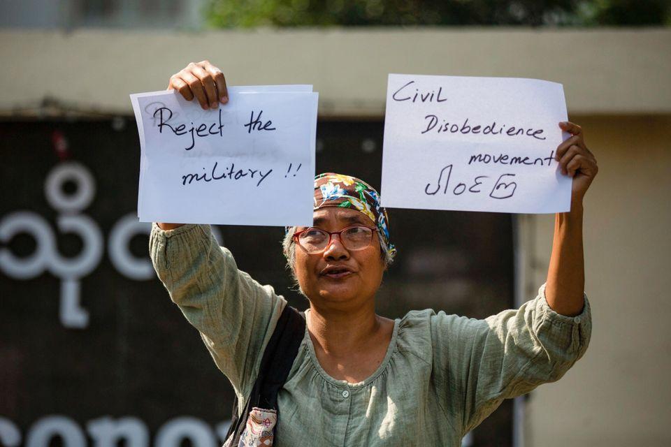 5일 양곤에서 한 시민이 '군부를 거부한다' '시민 불복종 운동'이라 적힌 팻말을 들고