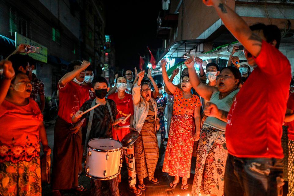 5일 양곤 시민들이 도구를 이용해 소음을 내며 시위를 하고