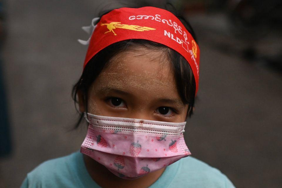 5일 양곤에서 한 아이가 민주주의민족동맹 NLD를 뜻하는 머리 밴드를 두르고