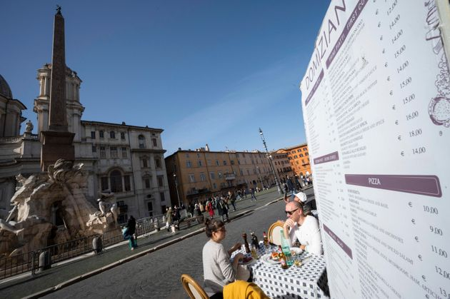 Tavolini dei ristoranti in Piazza Navona pieni per il primo weekend dove permesso consumare. Roma, 6...