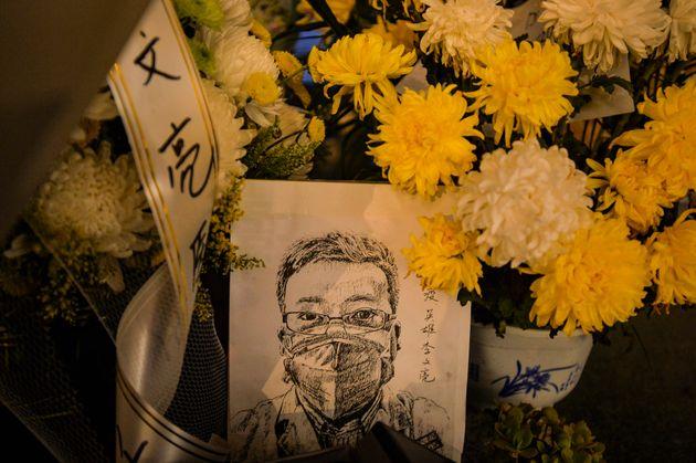Une carte avec un portrait du Dr Li Wenliang à l'hôpital de Li à Wuhan, dans la province...