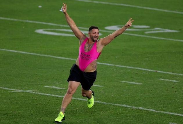 ピンクのボディスーツ姿の人物がスーパーボウルに侵入。アナウンサーが「パンツを上げて!」