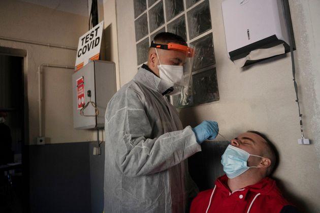 Un test PCR réalisé le 19 janvier 2021 à Marseille pour détecter le