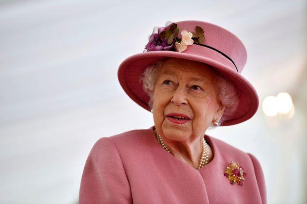 Isabel II, el pasado octubre, visitando un laboratorio en Porton