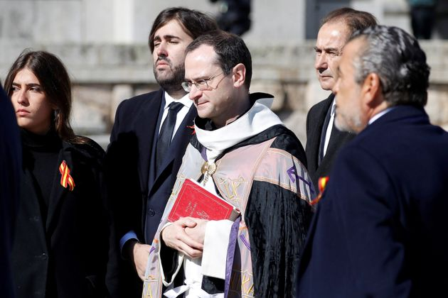 Santiago Cantera, prior de la basílica del Valle de los Caídos, con los familiares de Francisco...