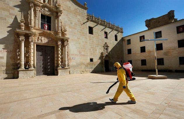 Operarios de una empresa contratada por el Ayuntamiento de Alicante desinfectan el monasterio de Santa...