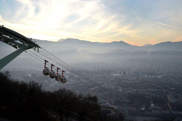 Grenoble vue à travers un voile de pollution, le 13 décembre 2016. (Photo JEAN-PIERRE CLATOT/AFP...