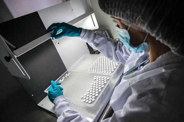 Una trabajadora de Insud Pharma en un