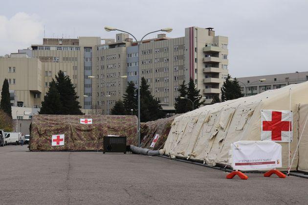 L'ospedale da campo realizzato dall'Esercito di fronte al pronto soccorso dell'ospedale Santa Maria della...