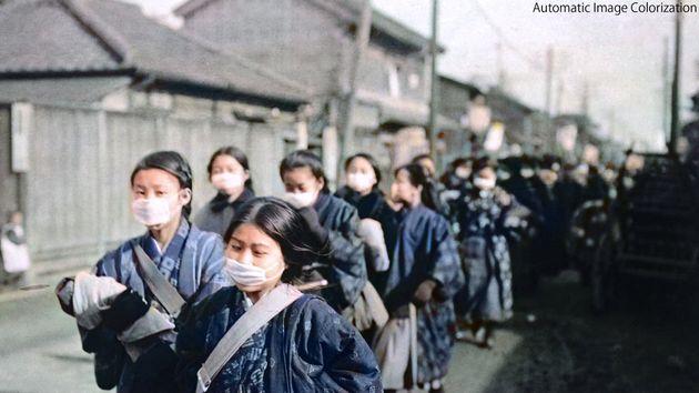 マスクを着用して通学する日本の女学生たち。1920年初め頃に撮影された写真をカラー化(渡邉教授のツイートより)