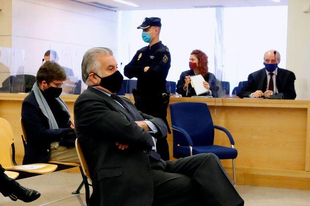 Luis Bárcenas sentado en el banquillo este lunes, en la Audiencia