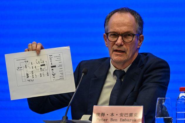 Peter Ben Embarek lors de la conférence de presse à Wuhan le 9 février 2021 (Photo by Hector RETAMAL...