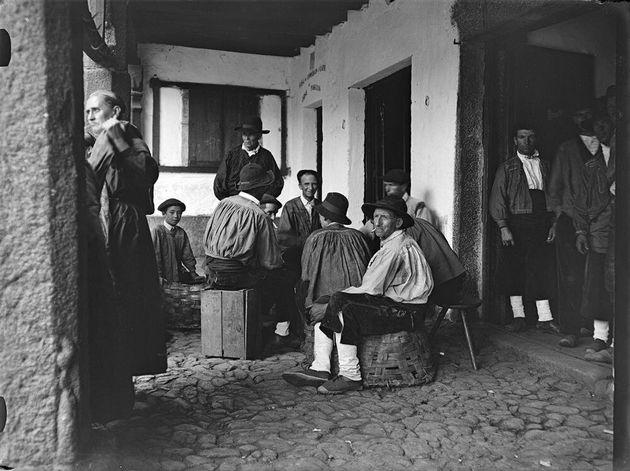 Jugadores de cartas sentados en cestos y cajas en La Alberca, entre los años 1928 y