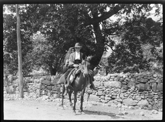 Campesinos a caballo en La Alberca (Salamanca), en una imagen tomada entre 1928 y